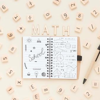 Vue de dessus du cahier avec chiffres et stylo