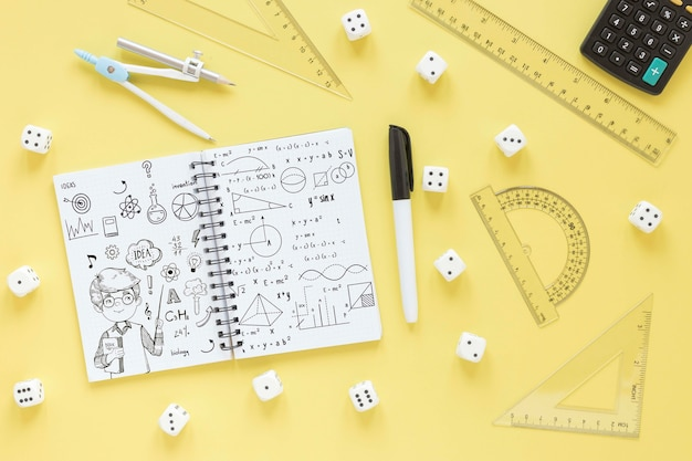 Vue de dessus du cahier avec différentes règles et calculatrice