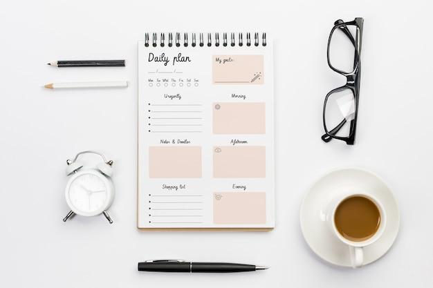 Vue de dessus du concept de bureau de plan quotidien