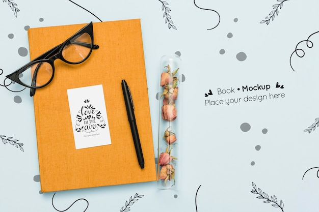 Vue de dessus du livre avec des lunettes et un stylo