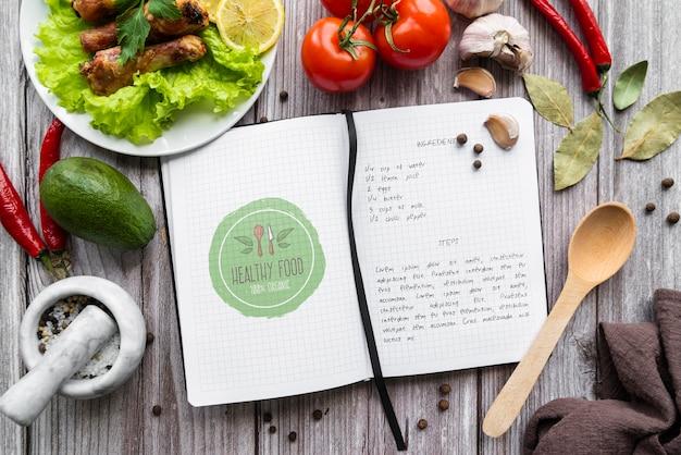 Vue de dessus du livre de recettes avec des ingrédients