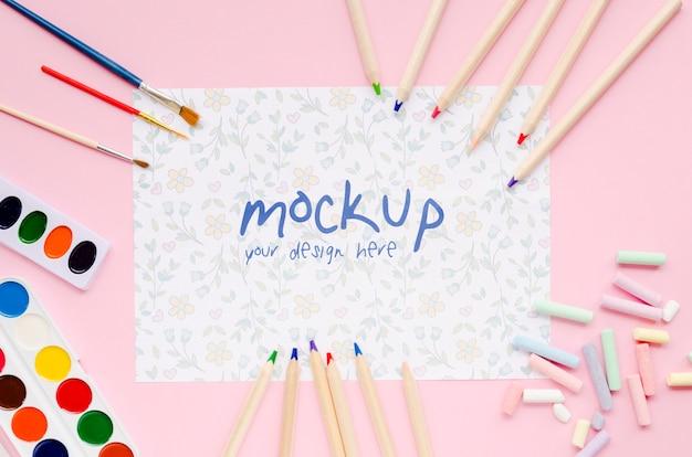 Vue de dessus du papier avec des crayons et des pinceaux