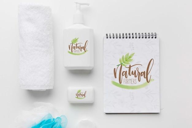 Vue de dessus du savon de bain et serviette sur la table