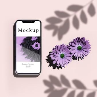 Vue de dessus du smartphone avec fleurs et ombre