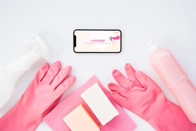 Vue de dessus du smartphone et des gants de nettoyage