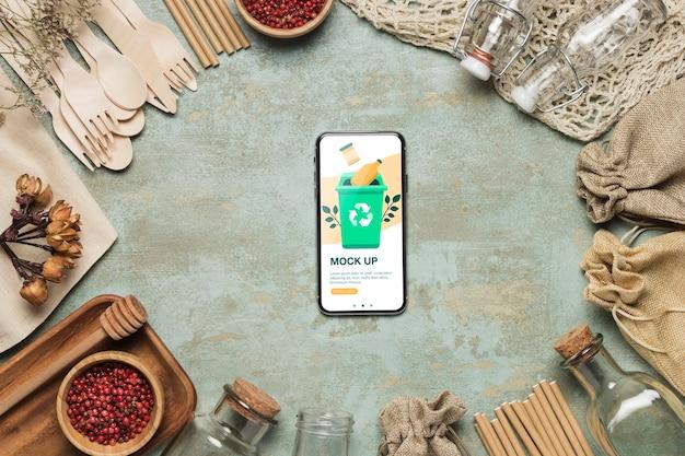 Vue de dessus du smartphone et des matériaux de recyclage