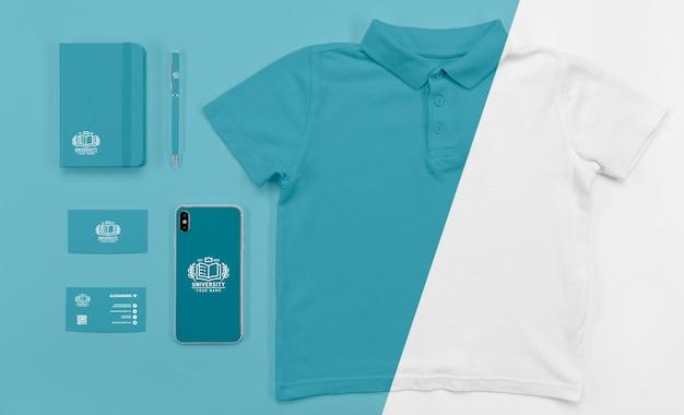 Vue de dessus du smartphone de retour à l'école avec t-shirt