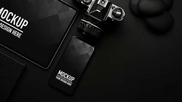 Vue de dessus du tableau noir avec maquette de smartphone et tablette