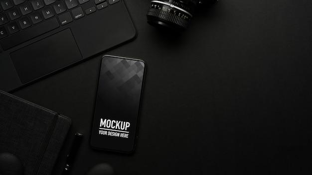 Vue de dessus du tableau noir avec maquette de smartphone