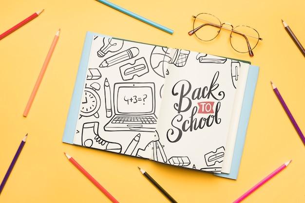 Vue de dessus à l'école avec un cahier ouvert