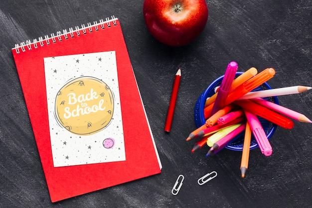 Vue de dessus à l'école avec un cahier