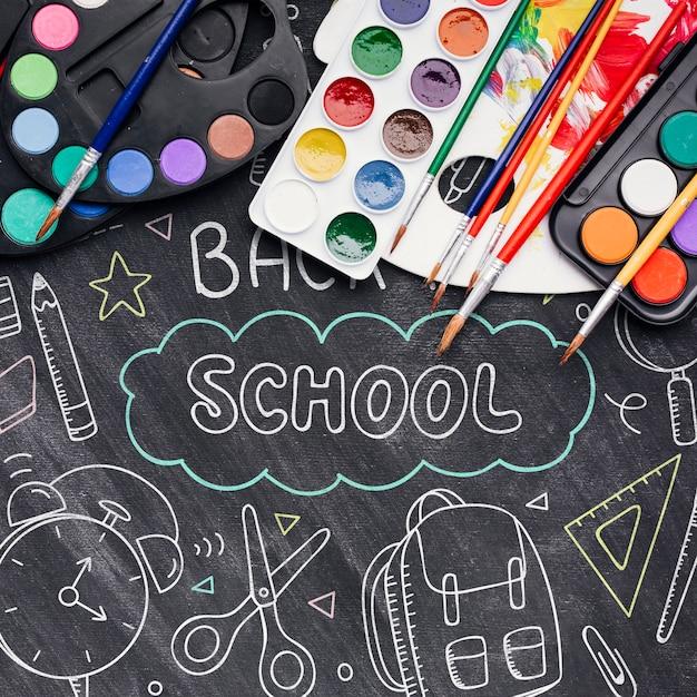 Vue de dessus à l'école avec des dessins à la craie