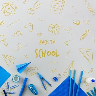 Vue de dessus à l'école avec des fournitures bleues