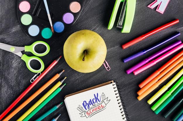 Vue de dessus à l'école avec des fournitures colorées