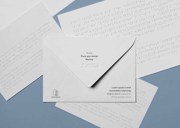 Vue de dessus de l'enveloppe avec écriture en braille