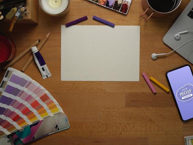 Vue de dessus de l'espace de travail de l'artiste avec du papier vierge