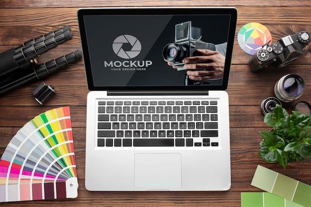 Vue de dessus de l'espace de travail en bois du photographe avec ordinateur portable