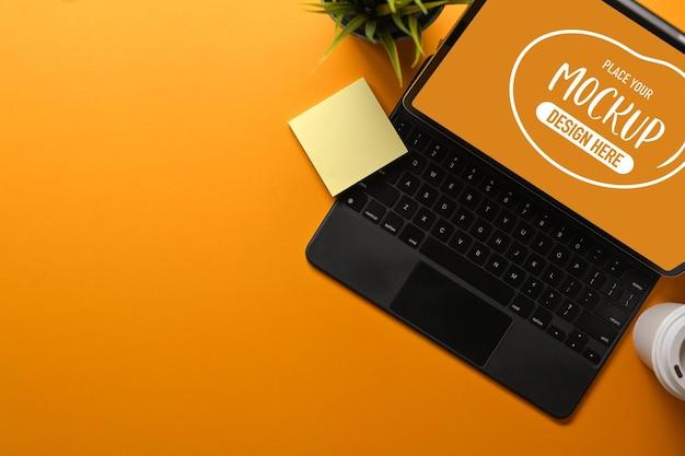 Vue de dessus de l'espace de travail créatif avec tablette numérique