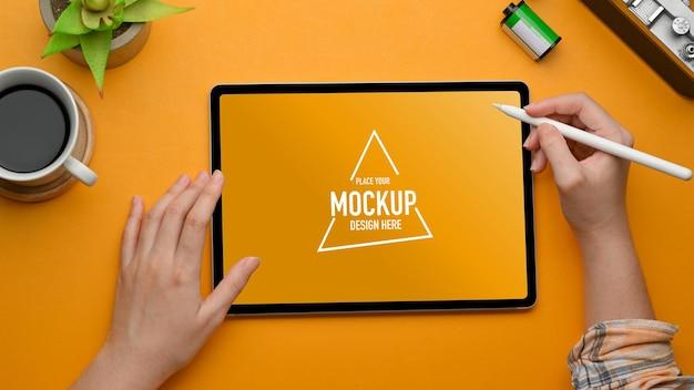 Vue de dessus de l'espace de travail élégant avec maquette de tablette numérique