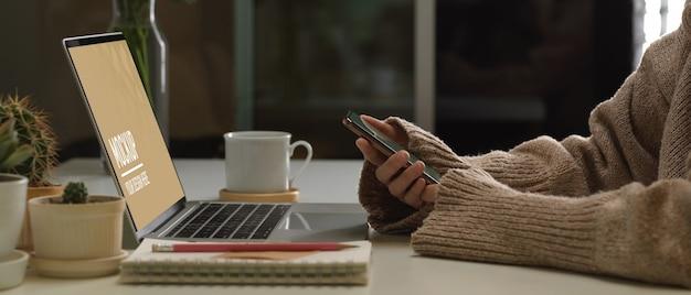 Vue de dessus de l'espace de travail avec maquette d'ordinateur portable