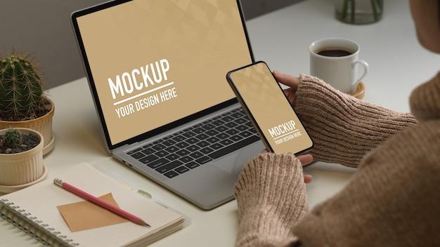 Vue de dessus de l'espace de travail avec maquette de smartphone et ordinateur portable