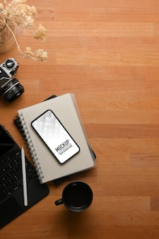 Vue de dessus de l'espace de travail avec maquette de smartphone