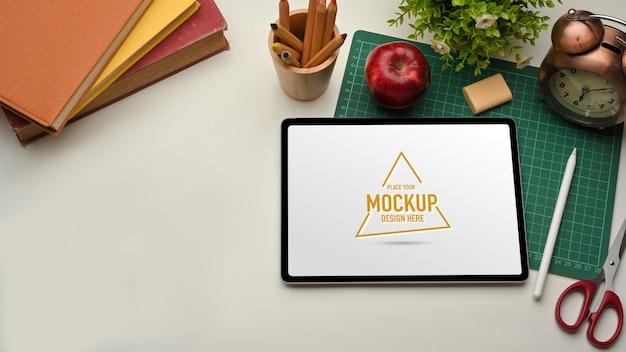 Vue de dessus de l'espace de travail avec maquette de tablette numérique