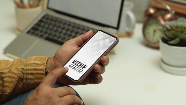 Vue de dessus de l'espace de travail avec maquette de téléphone