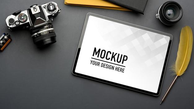 Vue de dessus de l'espace de travail plat créatif avec maquette de tablette numérique