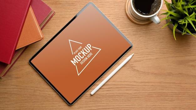 Vue de dessus d'un espace de travail simple avec maquette de stylet de tablette numérique