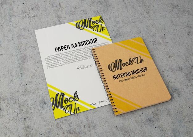 Vue de dessus d'une feuille de papier et d'une maquette de cahier