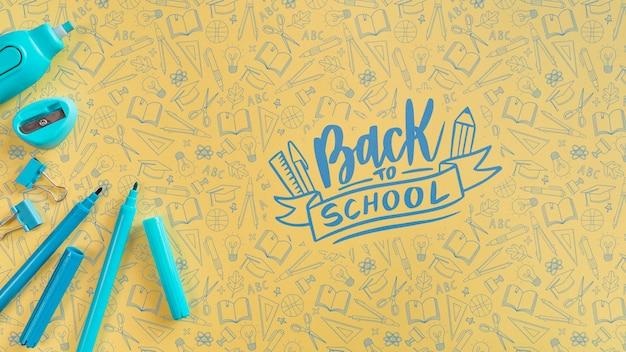 Vue de dessus fournitures bleues pour le premier jour d'école