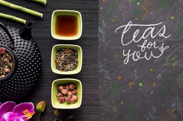 Vue de dessus des herbes et des fleurs de thé spéciales