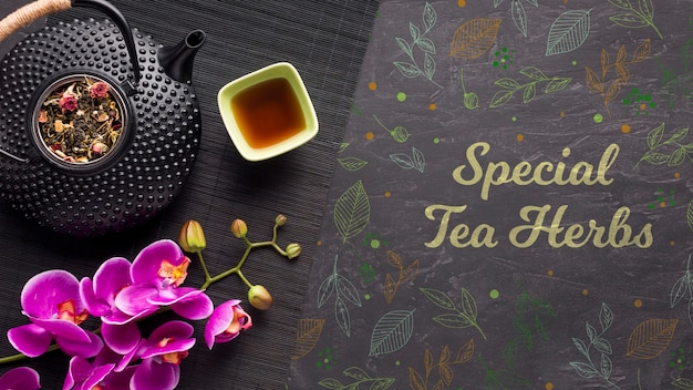 Vue de dessus des herbes de thé spéciales avec des fleurs colorées
