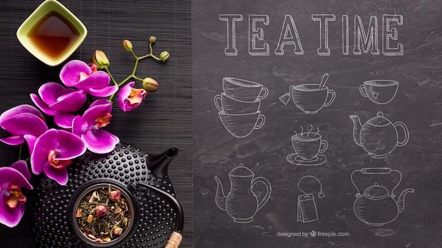Vue de dessus l'heure du thé avec des fleurs
