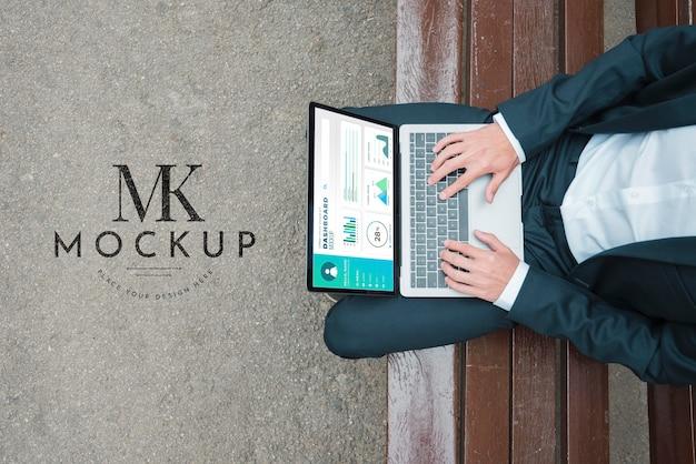 Vue de dessus de l'homme d'affaires travaillant sur ordinateur portable