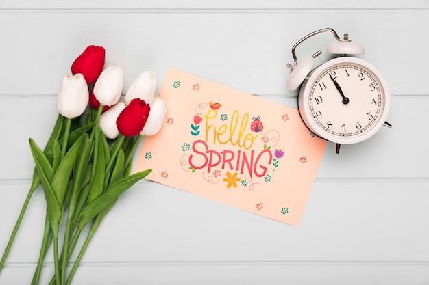 Vue de dessus d'horloge avec carte et tulipes à ressort