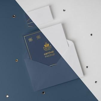 Vue de dessus de l'invitation de carnaval minimaliste dans une enveloppe