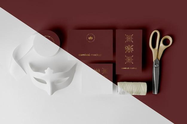 Vue de dessus de l'invitation de carnaval minimaliste avec du ruban adhésif et des ciseaux