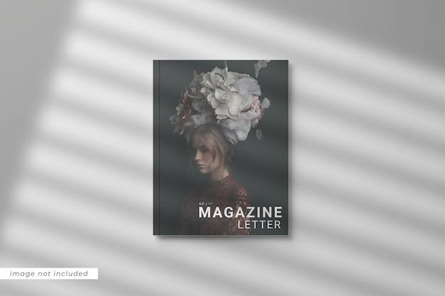 Vue de dessus de la lettre de motivation du magazine avec superposition