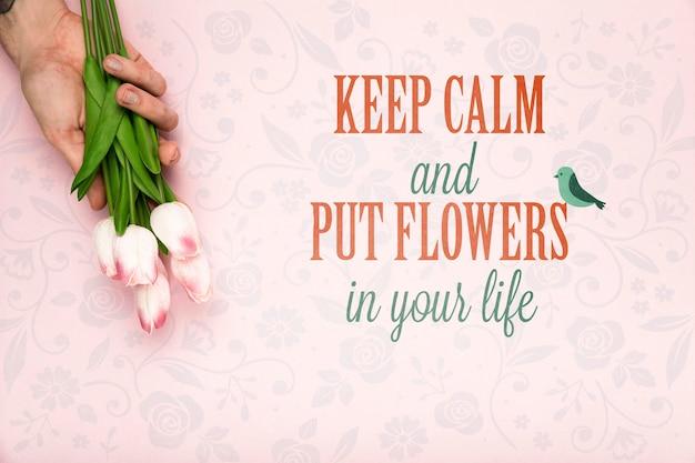 Vue de dessus de la main tenant des tulipes à ressort