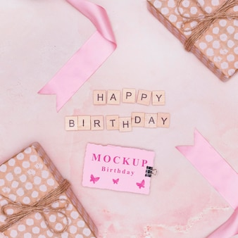Vue de dessus de la maquette de cadeaux d'anniversaire avec carte et salutation