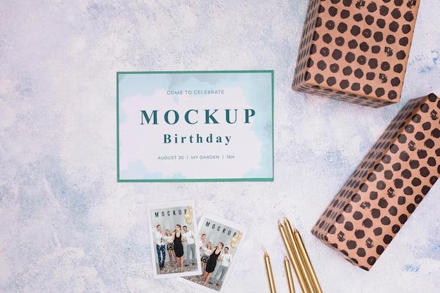 Vue de dessus de la maquette de carte d'anniversaire avec des cadeaux