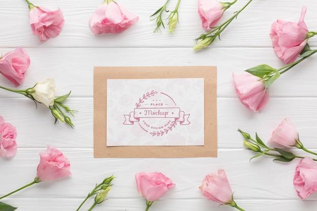 Vue de dessus de la maquette de la carte avec des roses roses