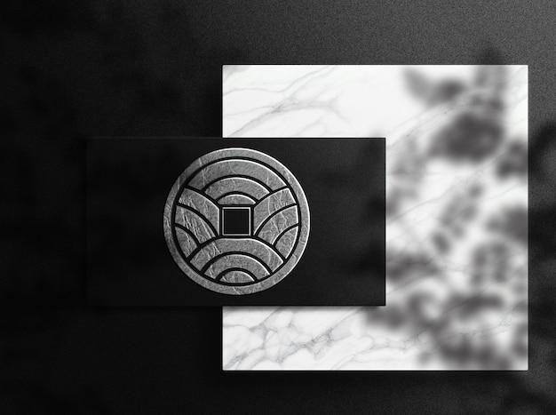 Vue de dessus de la maquette de carte de visite unique en relief avec logo en relief de luxe en gros plan