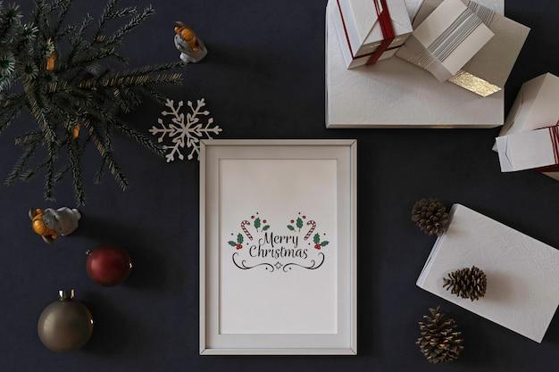 Vue de dessus de la maquette du cadre de l'affiche avec arbre de noël, décoration et cadeaux