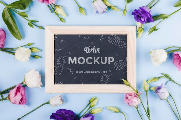 Vue de dessus de la maquette du cadre avec assortiment de fleurs