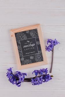 Vue de dessus de la maquette du cadre avec des fleurs de jacinthe