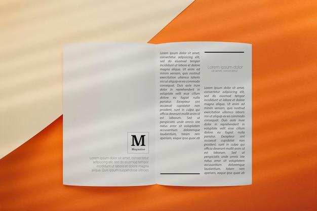 Vue de dessus de la maquette du magazine éditorial ouvert