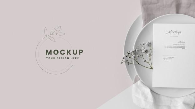 Vue de dessus de la maquette du menu du printemps sans assiettes avec serviette et fleurs